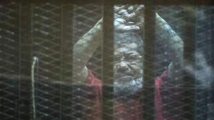 L'ancien président égyptien Mohamed Morsi, samedi 7 mai 2016, lors de son procès pour espionnage au Caire.