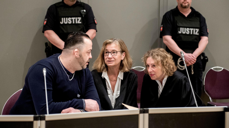 Niels Högel, acusado de asesinar a decenas de pacientes en las clínicas de Delmenhorst y Oldenburg, habla con su defensa durante su juicio en Oldenburg, Alemania, el 6 de junio de 2019.