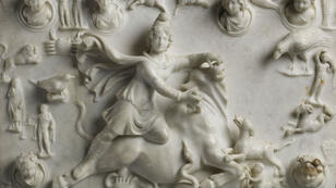 """""""Mithra immolant le taureau"""", marbre du département des Antiquités Orientales prêté par le Louvre au musée national d'Iran, à Téhéran."""