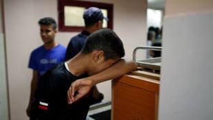 Un membre de la famille d'un homme armé palestinien tué par les forces israéliennes alors qu'il tentait, avec d'autres, de franchir la frontière de Gaza, le 18août2019.
