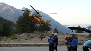 L'hélicoptère rapporte les corps des touristes, tués dans un éboulement sur le GR20, en Corse, le 10 juin 2015.