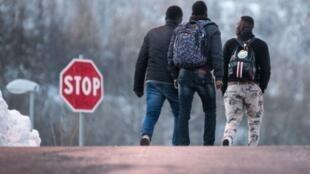 مهاجرون يتجهون نحو الحدود الإيطالية الفرنسية في كانون الثاني/يناير