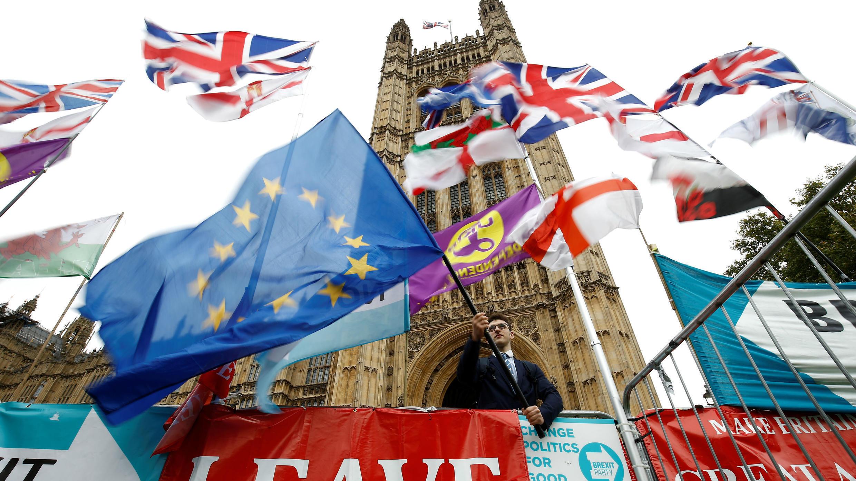 Un manifestante anti-Brexit ondea una bandera de la UE frente a las Casas del Parlamento en Londres, Reino Unido, el 25 de octubre de 2019.