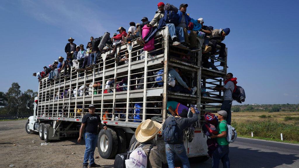 Parte de una caravana de miles de personas que viajan desde Centro América hacia Estados Unidos, viajan dentro de un camión de pollos mientras se dirigen a Irapuato, Guanajuato desde Querétaro, México.