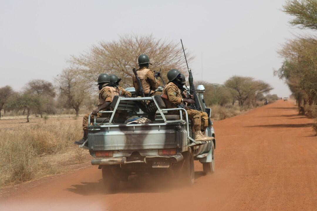 Soldados de Burkina Faso patrullan la carretera a Gorgadji en la región de Sahel, Burkina Faso, el 3 de marzo de 2019.