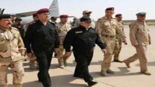 رئيس الوزراء العراقي بين قواته لدى وصوله إلى الموصل في 9 تموز/يوليو 2017.