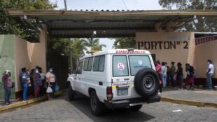 Una ambulancia ingresa al Hospital Alemán-Nicaragüense, en Managua, donde se atiende a pacientes con COVID-19, el 1 de junio de 2020