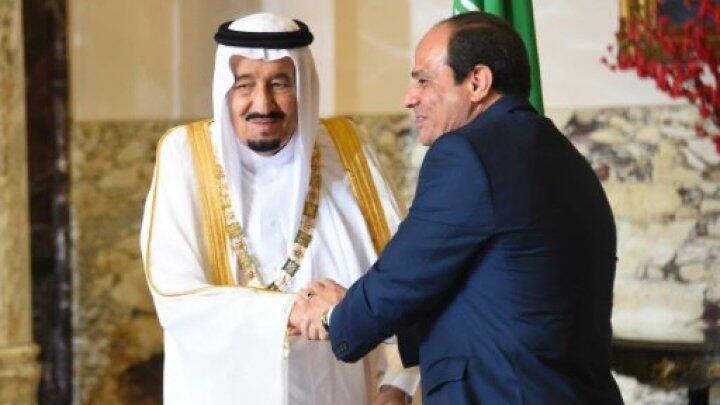 الرئيس عبد الفتاح السيسي خلال تقليد الملك سلمان قلادة النيل 8 نيسان/أبريل