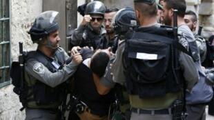 الشرطة الإسرائيلية تعتقل فلسطينيا في محيط المسجد الأقصى في 14 أيلول/سبتمبر 2015