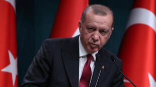 El presidente de Turquía anunció el 14 de agosto de 2018 un boicot a los productos electrónicos estadounidenses como medida a lo que definió como un complot polítcio en contra de la economía turquía.