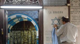 Un employé nettoie l'étoile de David à la synagogue de la Ghriba, en Tunisie, le 5 mai 2015.