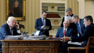 Donald Trump le 28janvier 2017, entouré de son vice-président, Mike Pence, et de ses conseillers de l'époque, dont Steve Bannon et Michael Flynn.