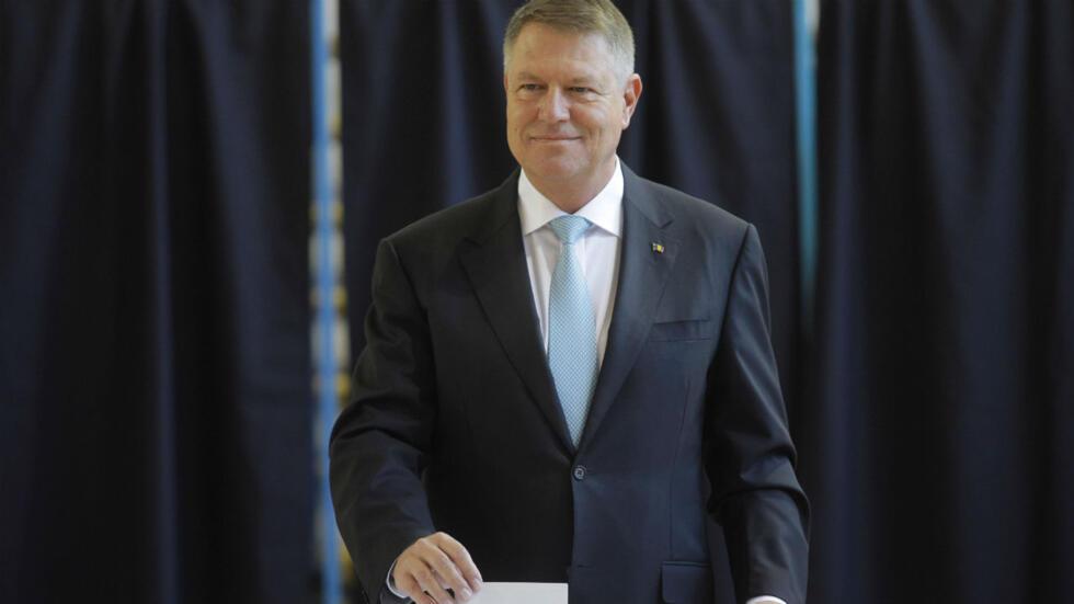Le président sortant, Klaus Iohannis, vote dans une école de Bucarest, le 10novembre2019.