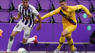 Le défenseur français du FC Barcelone Clément Lenglet laisse filer Quique Perez de Valladolid, le 11 juillet 2020 au stade Jose Zorrilla
