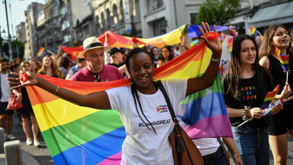 Manifestantes participan en un desfile LGBTI en el centro de Bucarest, Rumania, el 22 de junio de 2019.