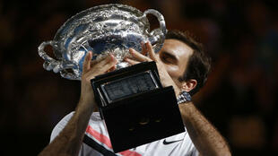Roger Federer de Suiza besa el trofeo después de ganar el Abierto de Australia.