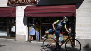 أومبرتو مارينغو على دراجته في كولينيو بالقرب من تورينو في ايطاليا يوم 22 نيسان/أبريل 2020