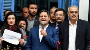 نقيب الصحافيين التونسيين ناجي البغوري خلال تجمع أمام مقر النقابة بالعاصمة في 2 شباط/فبراير 2018.
