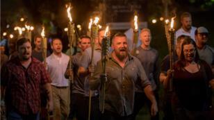 Des suprémacistes blancs lors d'une marche nocturne à Charlottesville, le 11 août 2017.