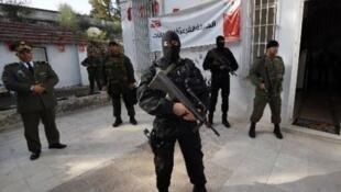 La police tunisienne garde un bureau de vote avant l'élection présidentielle, le 22 novembre 2014 à Beja.
