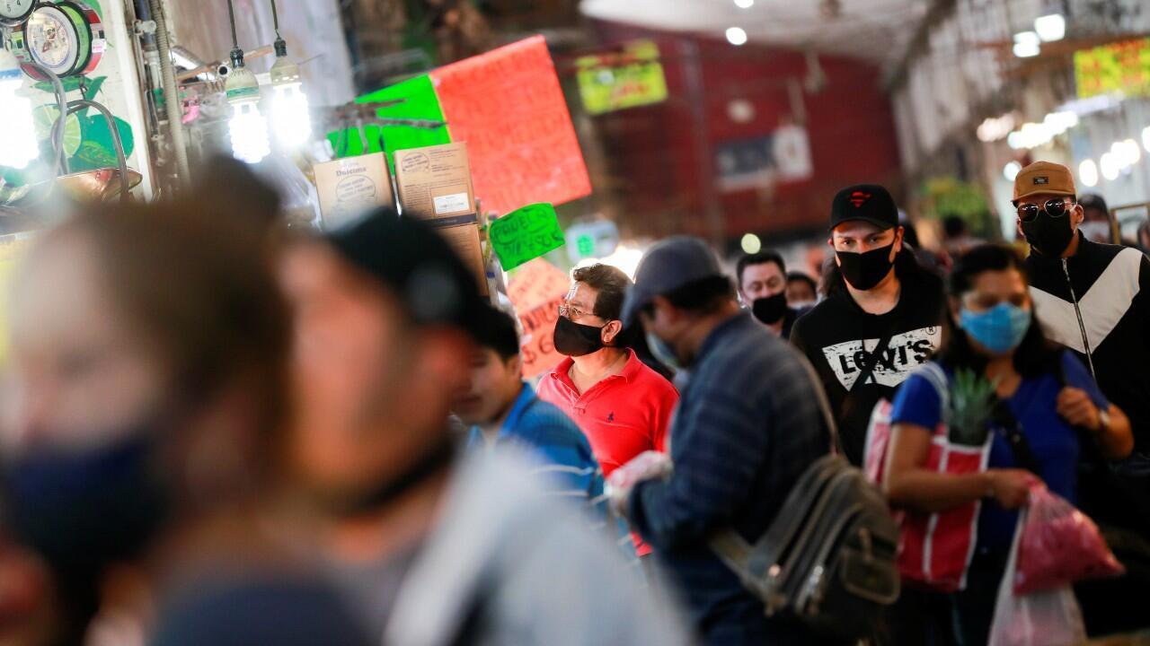 Decenas de personas compran en la Central de Abastos, uno de los mercados mayoristas más grandes del mundo, mientras el brote del Covid-19 continúa, en Ciudad de México, México, el 13 de julio de 2020.