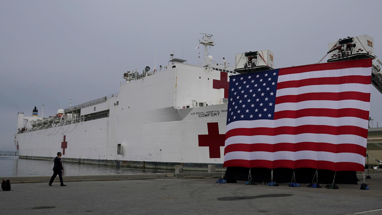 El buque hospital USNS Comfort que se dirige a Nueva York para ayudar con la crisis del Covid-19 aguarda en Norfolk, Virginia, EE. UU., el 28 de marzo de 2020.