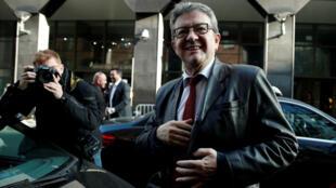 El líder de La Francia Insumisa (LFI), Jean-Luc Mélenchon, llega a la Oficina Central de Lucha contra la Corrupción y las Infracciones Financieras y Fiscales (OCLCIFF), en Nanterre (Francia), el 18 de octubre de 2018. La Fiscalía de París abrió una investigación por los altercados contra personas depositarias de la autoridad pública que se dieron durante el registro a varias sedes del partido LFI y las casas de algunos dirigentes, incluida la de su líder, Jean-Luc Mélenchon.
