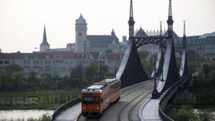 """Un tren cruza un puente en el campus de estilo """"europeo"""" de Huawei en la ciudad de Dongguan, en la provincia china de Guangdong, el 19 de mayo de 2020"""