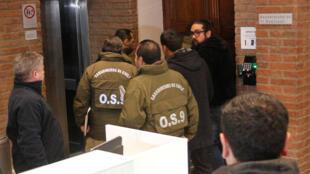 Agentes de la policía chilena en el Tribunal Eclesiástico del archidiócesis de Santiago, Chile, el 13 de junio.