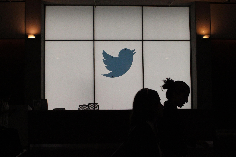 """Quatre associations de lutte contre les discriminations ont assigné Twitter, le 11 mai 2020, devant le tribunal judiciaire de Paris, jugeant que le réseau social manquait de manière """"ancienne et persistante"""" à ses obligations en matière de modération des contenus."""