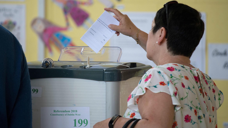 Mujer deposita su voto en el referendo para decidir si se suaviza la ley de aborto en Irlanda. 25 de mayo de 2018.