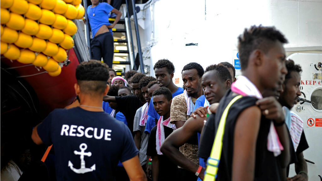 Los migrantes hacen fila para obtener alimentos a bordo del Aquarius, en el Mar Mediterráneo, entre Malta y Linosa, el 14 de agosto de 2018.