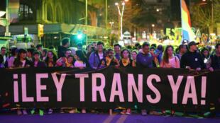 Personas participan en la marcha por la diversidad a cargo del colectivo LGBTIQ, en Montevideo, Uruguay, el 28 de septiembre de 2018.