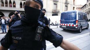 Un fourgon de la police espagnole après l'arrestation d'un suspect à Ripoll le 18 août.