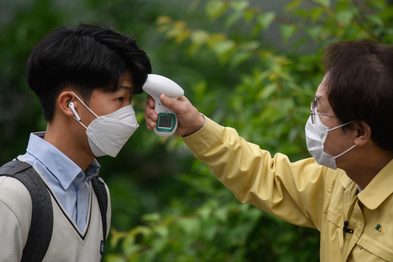 Cientos de miles de estudiantes surcoreanos han regresado a la escuela después de un retraso de más de dos meses debido al brote del coronavirus.