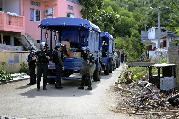"""Des gendarmes surveillent la ville de Bouéni (nord de l'île) pendant une """"expulsion calme"""" d'étrangers."""
