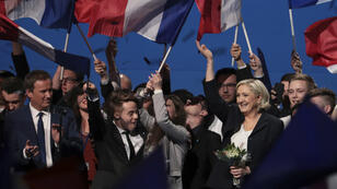 Marine Le Pen et Nicolas Dupont-Aignan se sont fait acclamer par les militants du Front national, le 1er mai 2017, à Villepinte.