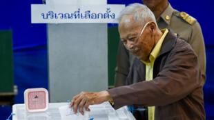 El ex primer ministro tailandés, Prem Tinsulanonda, introduce su voto durante la votación anticipada de las elecciones parlamentarias. Bangkok, Tailandia, el 17 de marzo de 2019.