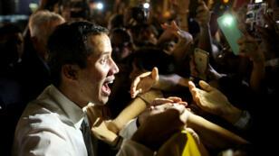 Le chef de l'opposition vénézuélienne, Juan Guaido, reconnu par de nombreux pays en tant que président par intérim, salue des citoyens vénézuéliens à Buenos Aires, en Argentine, le vendredi 1er mars.