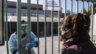 Una mujer solicita información sobre las pruebas de coronavirus fuera de un hospital, en Santiago, el 15 de mayo de 2020