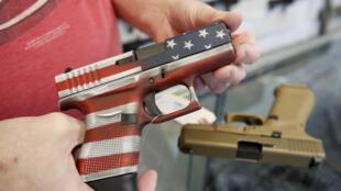 موظف في متجر لبيع الأسلحة في أوريم بولاية يوتا، في 20 آذار/مارس 2020