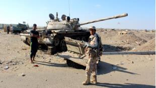 Des troupes pro-gouvernementales yéménites en faction dans la ville d'Aden, dans le sud du Yémen.