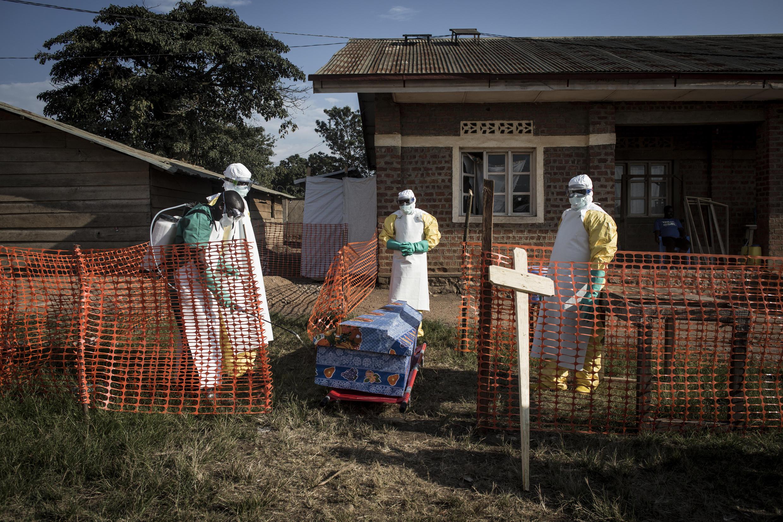 Trabajadores médicos de la República Democrática del Congo desinfectan el féretro de una víctima del ébola en 2018 - El gobierno anunció que la enfermedad había regresado