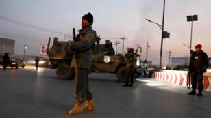 Fuerzas de seguridad afganas custodian el sitio del ataque en Kabul, el 24 de diciembre de 2018.