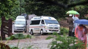 Une ambulance quitte, mardi 10 juillet 2018, le site de la grotte de Tham Luang en Thaïlande.
