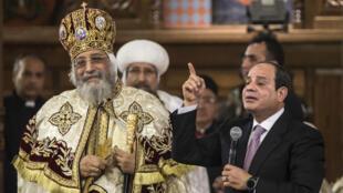Le président égyptien Abdel Fattah al-Sissi prononce un bref discours aux côtés du pape copte Tawadros II, samedi 6 janvier, dans une nouvelle cathédrale à 45 kilomètres du Caire.