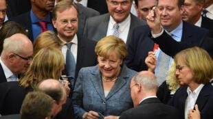 La chancelière Angela Merkel et des députés lors du vote au Bundestag sur le troisième plan d'aide à la Grèce.