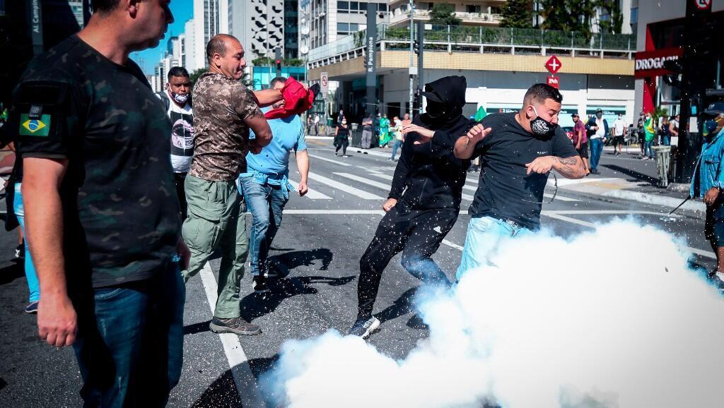 Partidarios y detractores, del presidente brasileño Jair Bolsonaro, se enfrentaron en medio de unas violentas protestas que dejaron varios heridos en Sao Paulo, Brasil, el 31 de mayo de 2020.