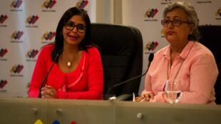 La presidenta del CNE en Venezuela Tibisay Lucena (d) rechazó la propuesta de adelantar las elecciones parlamentarias por imposibilidad técnica.