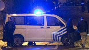 الشرطة البلجيكية تغلق طريقا يؤدي إلى موقع الحادث في فيرفيي